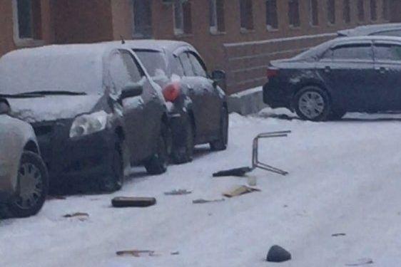 ВЕкатеринбурге невменяемый устроил «дождь» изтехники имебели, разбив припаркованные машины