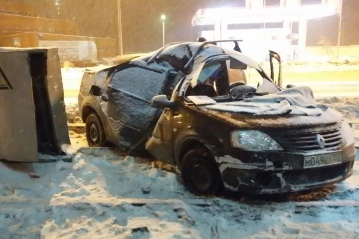 ВПерми автомобиль такси протаранил столб натрамвайных путях