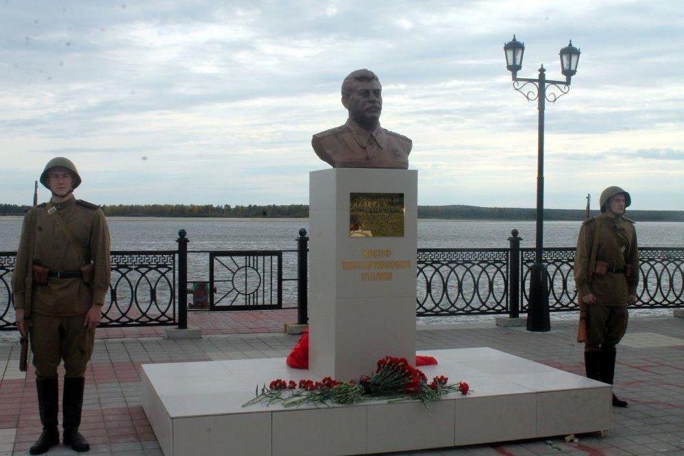 Бронзового Сталина вСургуте установили рядом сместом для монумента его жертвам
