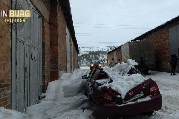 Глыба снега упала скрыши ираздавила иномарку вЕкатеринбурге